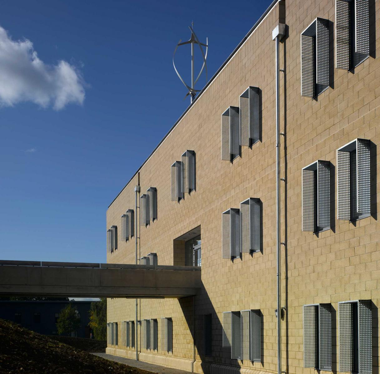 Health & Human Sciences Essex University - Exterior view of link bridge